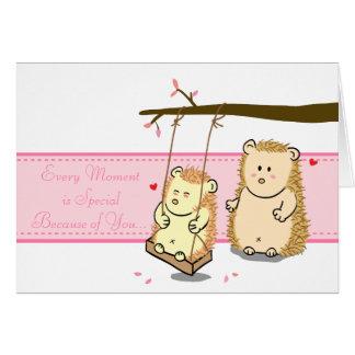 Cartão Casal bonito do ouriço dos desenhos animados no