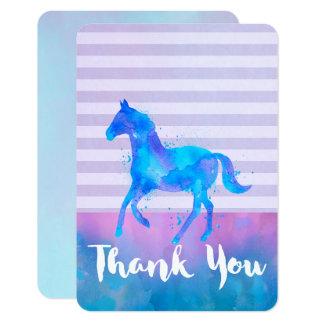 Cartão Cavalo selvagem no obrigado azul e roxo da