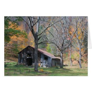 Cartão Celeiro no folhagem de outono