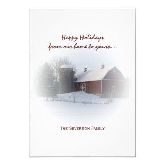Cartão Celeiro vermelho coberto de neve e silo boas