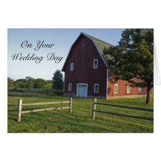 Cartão Celeiro vermelho com casamento misturado cerca da