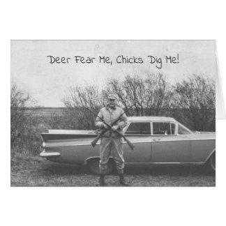 Cartão Cervos cómicos do caçador que caçam o automóvel