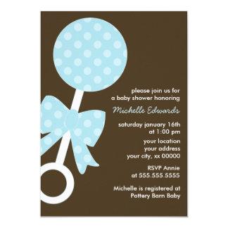 Cartão Chá de fraldas azul do menino do chocalho