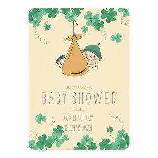 Cartão Chá de fraldas temático irlandês bonito do trevo