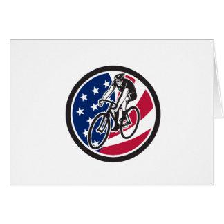 Cartão Ciclista americano que dá um ciclo o ícone da