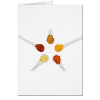 Cartão Cinco especiarias de tempero em colheres da