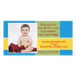 Cartão com fotos amarelo e azul do menino do anive