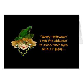 Cartão cómico da senhora do Dia das Bruxas