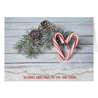 Cartão Coração do bastão de doces com o pinho na madeira