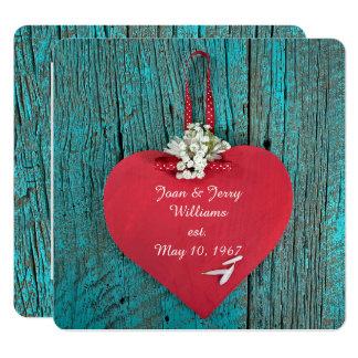 Cartão coração vermelho na renovação de madeira do voto
