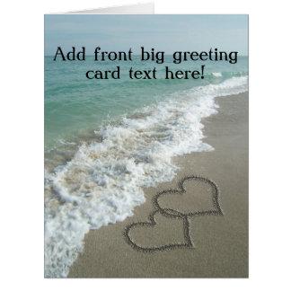 Cartão Corações de bloqueio na areia da praia