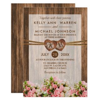 Cartão Corações de madeira do monograma com os rosas