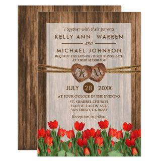 Cartão Corações de madeira do monograma com tulipas