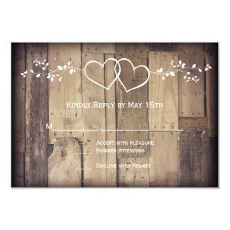 Cartão Corações dobro de madeira do celeiro rústico que