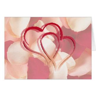 Cartão corações e pétalas cor-de-rosa