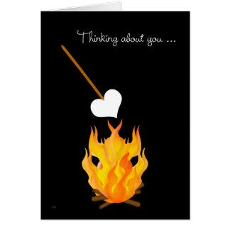 Cartão Criança no acampamento que pensa sobre você com