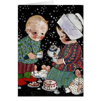 Cartão Crianças do vintage que têm um tea party do