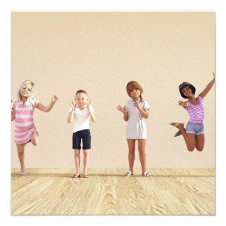 Cartão Crianças felizes em um centro do centro de dia ou