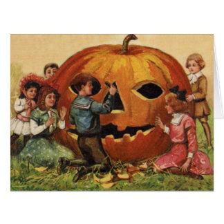 Cartão Crianças que cinzelam a abóbora da lanterna de