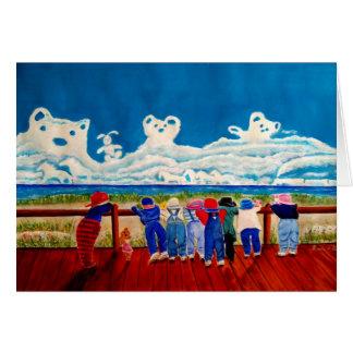 Cartão Crianças que jogam na praia e nas nuvens de
