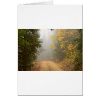 Cartão Cruzamento na névoa do outono