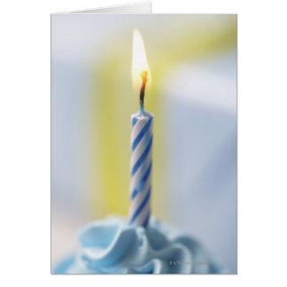Cartão Cupcake com vela, fim-acima (foco na chama)