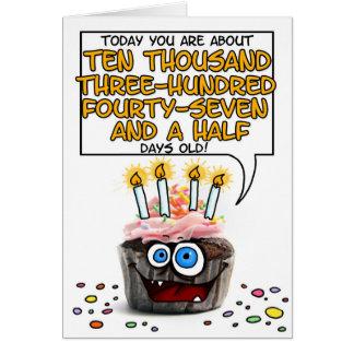 Cartão Cupcake do feliz aniversario - 28 anos velho