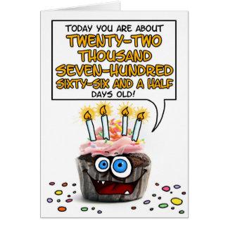 Cartão Cupcake do feliz aniversario - 62 anos velho