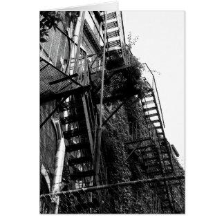 Cartão da foto do escape de fogo B&W da construção