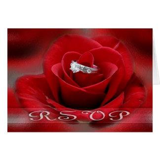 Cartão da rosa vermelha e da aliança de casamento