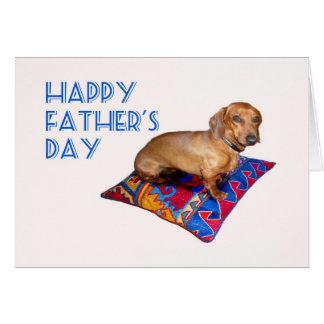 Cartão Dachshund no coxim, dia dos pais feliz