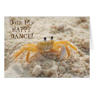 Cartão Dança feliz do caranguejo bonito da areia