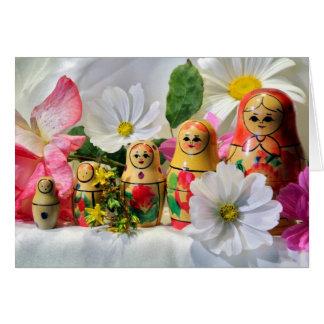 Cartão das bonecas do russo