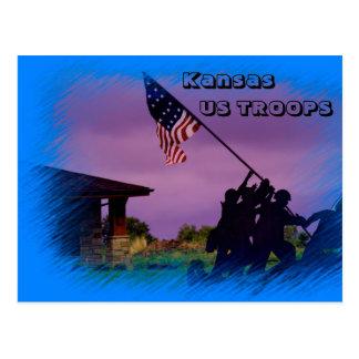 Cartão das tropas de Kansas E.U. com uma bandeira
