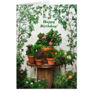 Cartão de aniversário bonito dos rosas