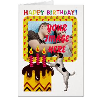 cartão de aniversário da foto com cão e bolo