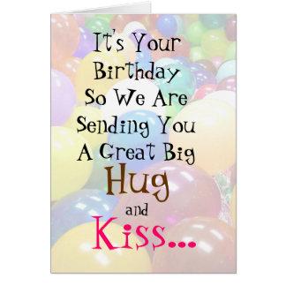 Cartão de aniversário parvo grande do abraço e do