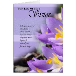 Cartão de aniversário roxo do açafrão da irmã