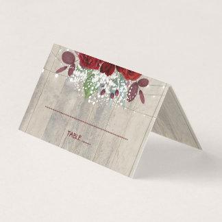 Cartão De Mesa Borgonha floresce o casamento de madeira rústico