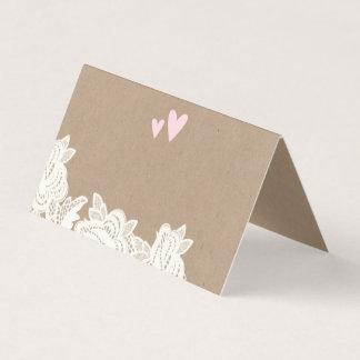 Cartão De Mesa Laço de Kraft com os corações cor-de-rosa que
