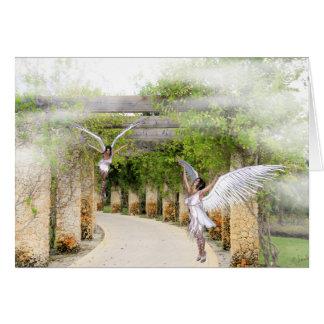 Cartão de nota com anjos sob um mandril de pedra