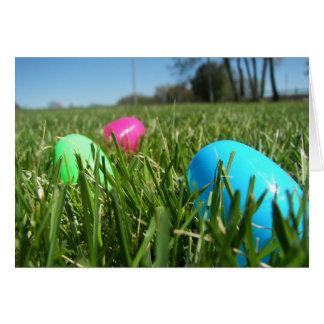 Cartão de páscoa dispersado dos ovos