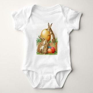 Cartão de páscoa dos ovos da páscoa do coelhinho camisetas