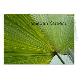 Cartão de Ramadan com folha de palmeira verde