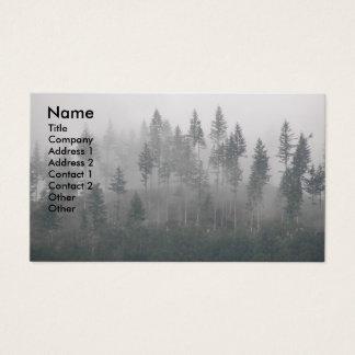 Cartão de visita enevoado da foto da floresta