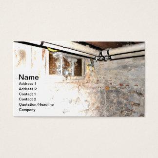 Cartão De Visitas paredes de pedra e encanamento em um porão velho