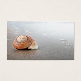 Cartão De Visitas Shell espiral no Sandy Beach perto do mar