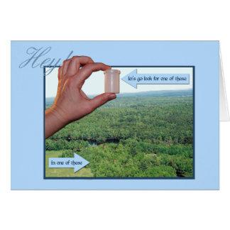 Cartão Deixe-nos ir procuram um micro nas madeiras!