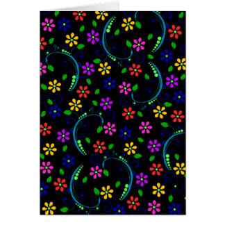 Cartão Design floral bonito no fundo preto