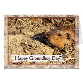 Cartão Dia de Groundhog feliz que espreita para fora